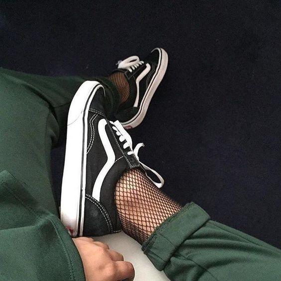 calze a rete con sneakers