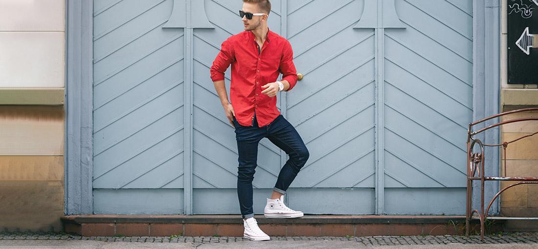 camicia e sneakers